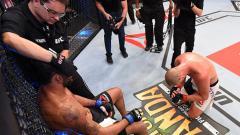 Indosport - Salah satu aksi respek yang terjadi dalam pertandingan UFC.