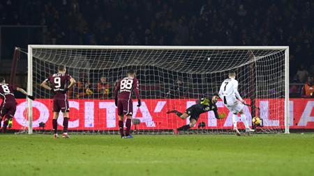 Cristiano Ronaldo saat mengeksekusi tendangan penalti. - INDOSPORT