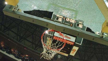 Ring basket yang hancur akibat aksi slam dunk - INDOSPORT