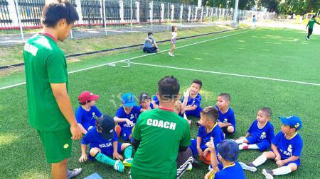 Salah satu sekolah sepak bola pilihan di Jakarta, Brazilian Soccer School (BSS) Indonesia hadirkan acara untuk anak-anak yang ingin mengisi waktu liburannya agar bermanfaat, yakni Holiday Camp 2018. - INDOSPORT