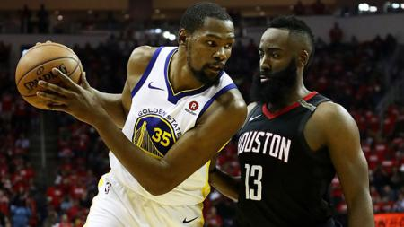 Bintang basket Golden State Warriors, Kevin Durant dan James Harden, bintang basket Houston Rockets. - INDOSPORT