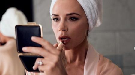 Victoria Beckham mengaku suaminya, David, kerap menggunakan produk-produk kecantikan miliknya. - INDOSPORT