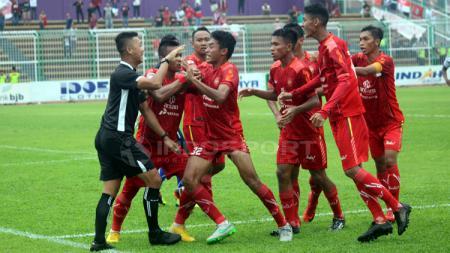 Wasit Wawan Rapiko saat mendapat protes dari pemain Persiba Bantul pada laga kedua babak 8 besar Grup B 2018 melawan PSGC Ciamis di Stadion Galuh, Ciamis, Rabu (19/12/18) lalu. - INDOSPORT