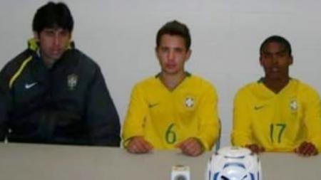 Stefano Cugurra Teco saat melatih Douglas Costa bersama Timnas Brasil U-20 - INDOSPORT