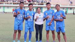 Indosport - Lasmi Indaryani bersama empat pemain Persibara Banjarnegara