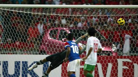 Gol Safee Sali ke gawang Timnas Indonesia di final Piala AFF 2010. - INDOSPORT