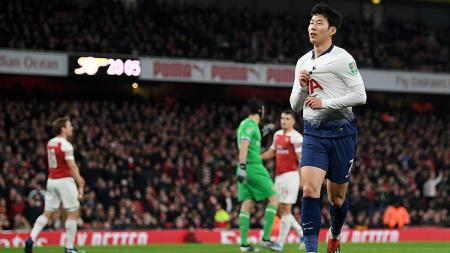 Son Heung-min (kanan) turut mencetak satu gol ke gawang Arsenal. - INDOSPORT
