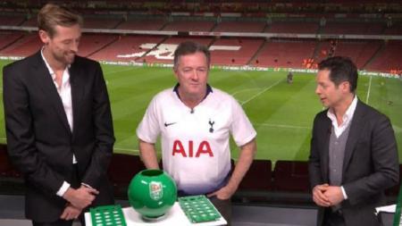 Piers Morgan yang menggemari Arsenal dipaksa memakai seragam Tottenham usai kalah taruhan. - INDOSPORT