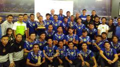 Indosport - Manajemen dan pemain Persib U-19 berfoto bersama pada acara syukuran di Graha Persib