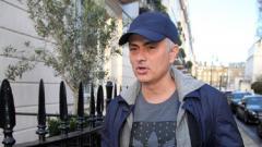Indosport - Jose Mourinho saat tertangkap jalan-jalan di London usai pemecatannya dari Manchester United