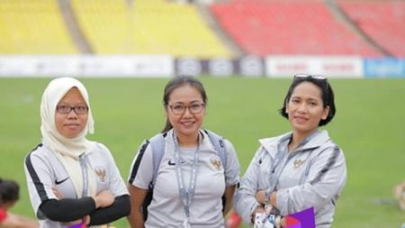 Lasmi Indaryani, eks Manager Timnas Putri Indonesia (tengah). - INDOSPORT
