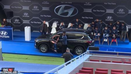 Aksi pemain Atletico Madrid saat menjajal mobil baru dari sponsor. - INDOSPORT