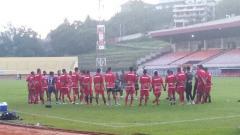 Indosport - Skuat Persipura Jayapura saat menjalani latihan di Stadion Mandala.