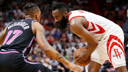 James Harden (Houston Rockets) berusaha melewati Rodney McGruder - INDOSPORT