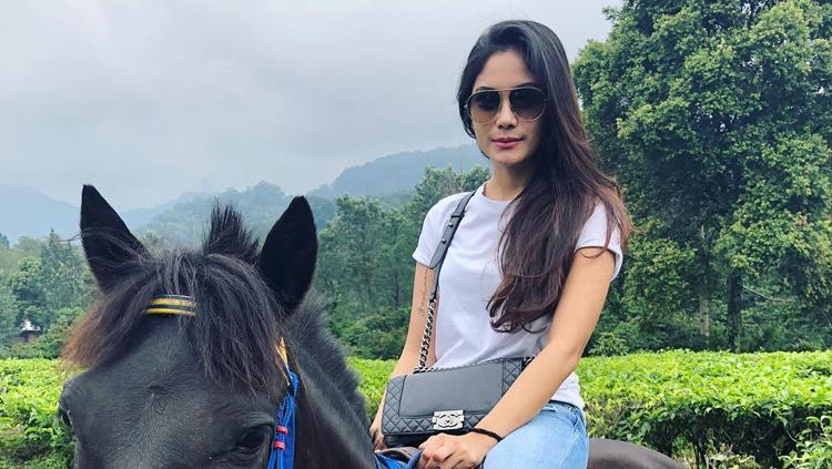 Garneta Haruni saat menunggangi kuda. Copyright: Garneta Haruni