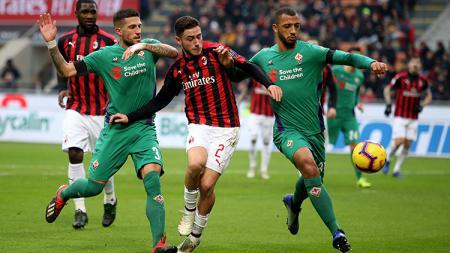 Davide Calabria (tengah) membeberkan bahwa AC Milan berencana memperpanjang kontraknya meski kontrak sang pemain masih tersisa 3 tahun lagi - INDOSPORT