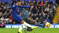 Indosport - Eden Hazard mencoba menjaga penguasaan bola.