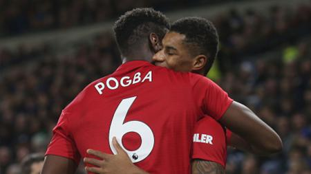 Marcus Rashford berselebrasi bersama Pogba usai mencetak gol. - INDOSPORT