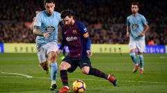 Indosport - Lionel Messi mencoba menjaga penguasaan bola.