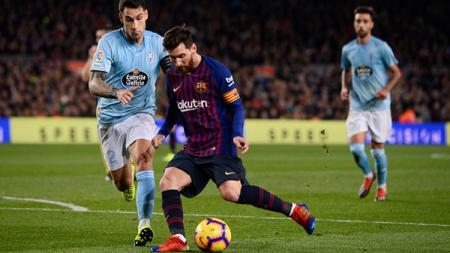 Lionel Messi mencoba menjaga penguasaan bola. - INDOSPORT