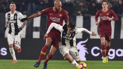 Indosport - Paulo Dybala bersusah payah untuk tetap menguasai bola.