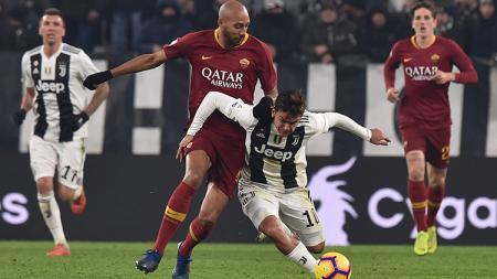 Paulo Dybala bersusah payah untuk tetap menguasai bola. - INDOSPORT