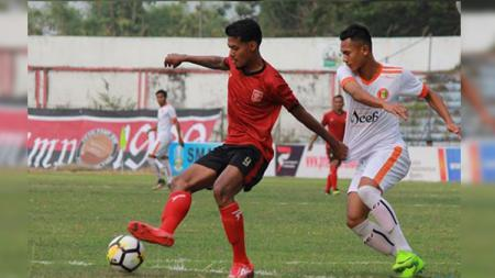 Pemain PS Mojokerto Putra Krisna Adi (kiri) saat berebut bola di Liga 2 2018. - INDOSPORT