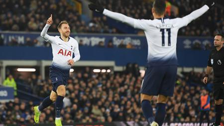 Christian Eriksen bersleebrasi usai mencetak gol ke gawang Everton. - INDOSPORT