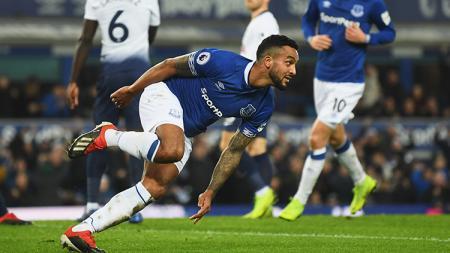 Theo Walcott berselebrasi usai mencetak gol ke gawang Tottenham Hotspur. - INDOSPORT