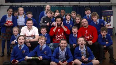 Mohamed Salah, Andy Robertson dan Xherdan Shaqiri memberi kejutan natal ke anak sekolah Merseyside - INDOSPORT