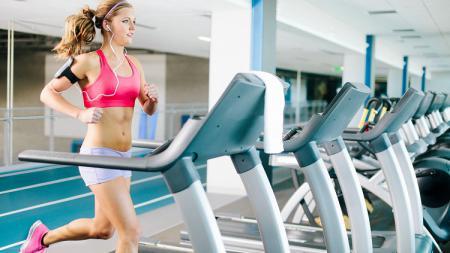 Berjalan di atas treadmill bisa dilakukan selama No Bra DAy. - INDOSPORT