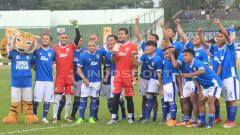 Indosport - Tantan foto bersama skuat Persib Bandung di Stadion Siliwangi, Kota Bandung.