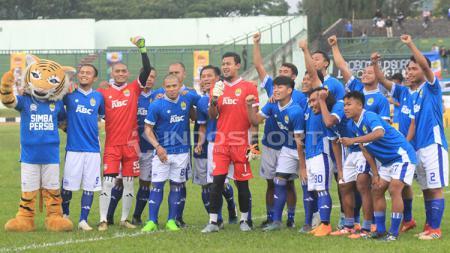 Tantan foto bersama skuat Persib Bandung di Stadion Siliwangi, Kota Bandung. - INDOSPORT