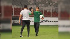 Indosport - Kiper Borneo FC Muhammad Ridho saat menjalani latihan bersama Timnas Indonesia