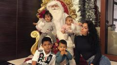 Indosport - Kekasih Cristiano Ronaldo, Georgina Rodriguez, tampil dengan pernak-pernik Natal.