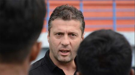Pelatih asal Montenegro Miljan Radovic tiba-tiba saja muncul dengan unggahan memakai jersey Persib Bandung. - INDOSPORT