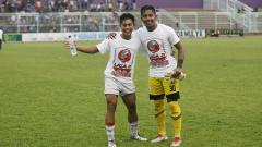 Indosport - M Ihsan Ramadhani (kanan) foto bersama rekan satu timnya