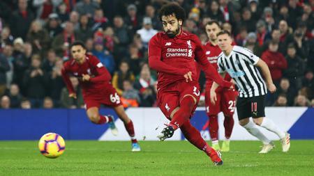 Mohamed Salah memperbesar keunggulan atas Newcastle menjadi 2-0 lewat titik penalti. - INDOSPORT