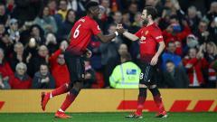 Indosport - Paul Pogba berselebrasi bersama Juan Mata usai mencetak gol ke gawang Huddersfield.