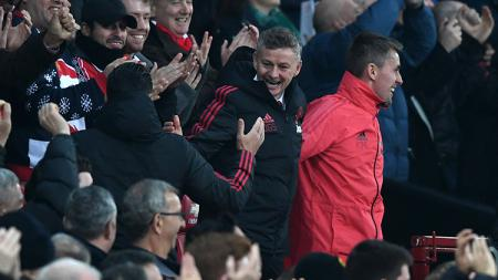 Ole Gunnar Solksjaer menunjukkan wajah semringah atas kemenangan Man United melawan Huddersfield. - INDOSPORT