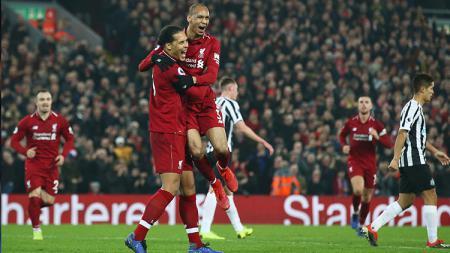 Fabinho bersama Virgil van Dijk berselebrasi usai mencetak gol ke gawang Newcastle. - INDOSPORT