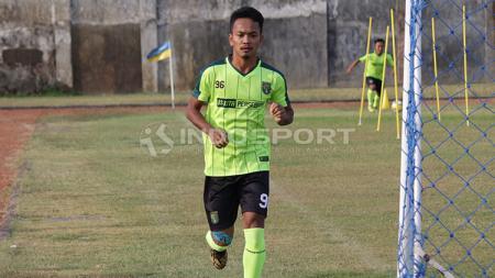 Pemain Persebaya, M Hidayat, melakukan lelang jersey untuk bantu penanganan wabah corona. - INDOSPORT