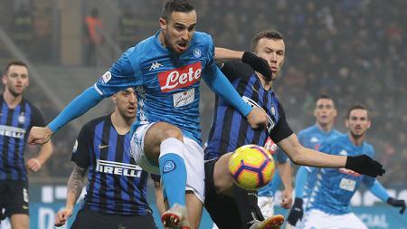 Inter dan AC Milan sama-sama meminati pemain Napoli, Nikola Maksimovic (kiri). - INDOSPORT