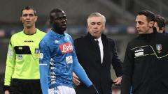 Indosport - Kalidou Koulibaly dikirim keluar setelah menerima kartu kuning kedua