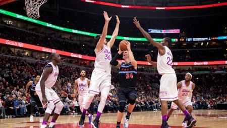 Lauri Markkanen (no 24) berusaha memasukan bola ditengah kawalan ketta pemain Minnesota Timberwolves - INDOSPORT