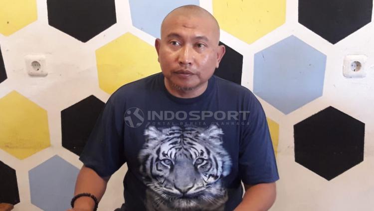 Bambang Suryo menilai sanksi seumur hidup dari Komdis PSSI sebagai dagelan bola versi baru. Lantaran menjatuhkan sanksi serupa dgn berbeda kasusnya. Copyright: Ian Setiawan/Indosport.com