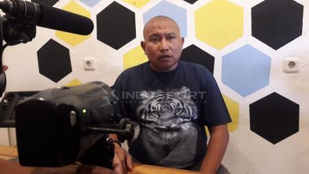 Bambang Suryo menilai sanksi seumur hidup dari Komdis PSSI sebagai dagelan bola versi baru. Lantaran menjatuhkan sanksi serupa dgn berbeda kasusnya. - INDOSPORT