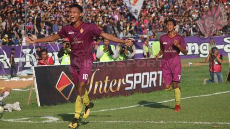 Aksi selebrasi pemain Persik Kediri usai cetak gol - INDOSPORT