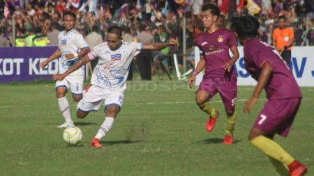 Pemain PSCS Cilacap tengah mengeksekusi bola - INDOSPORT