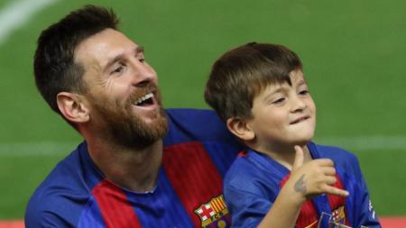 Lionel Messi bersama putra sulungnya, Thiago. - INDOSPORT